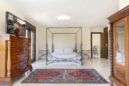 Спальня. Испания, Пуэрто Банус : Престижная вилла площадью в 450 м2, вместимостью до 10 гостей, 5 спален, 4 ванные комнаты, частный бассейн, гараж на 4 машины