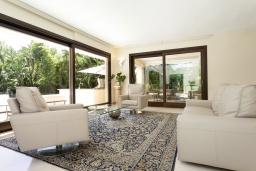 Гостиная / Столовая. Испания, Пуэрто Банус : Престижная вилла площадью в 450 м2, вместимостью до 10 гостей, 5 спален, 4 ванные комнаты, частный бассейн, гараж на 4 машины