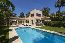 Бассейн. Испания, Пуэрто Банус : Престижная вилла площадью в 450 м2, вместимостью до 10 гостей, 5 спален, 4 ванные комнаты, частный бассейн, гараж на 4 машины