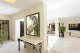 Коридор. Испания, Пуэрто Банус : Престижная вилла площадью в 450 м2, вместимостью до 10 гостей, 5 спален, 4 ванные комнаты, частный бассейн, гараж на 4 машины