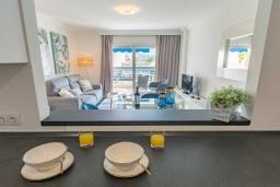 Гостиная / Столовая. Испания, Пуэрто Банус : Уютные апартаменты расположены рядом с пляжем в городе Марбелья. К услугам гостей имеется открытый бассейн, фитнес-центр, сад и бесплатный Wi-Fi.