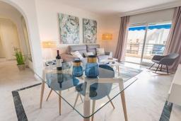 Обеденная зона. Испания, Пуэрто Банус : Уютные апартаменты расположены рядом с пляжем в городе Марбелья. К услугам гостей имеется открытый бассейн, фитнес-центр, сад и бесплатный Wi-Fi.