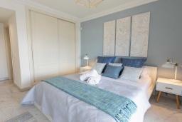 Спальня. Испания, Пуэрто Банус : Уютные апартаменты расположены рядом с пляжем в городе Марбелья. К услугам гостей имеется открытый бассейн, фитнес-центр, сад и бесплатный Wi-Fi.