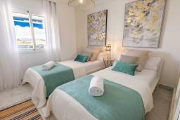 Спальня 2. Испания, Пуэрто Банус : Уютные апартаменты расположены рядом с пляжем в городе Марбелья. К услугам гостей имеется открытый бассейн, фитнес-центр, сад и бесплатный Wi-Fi.