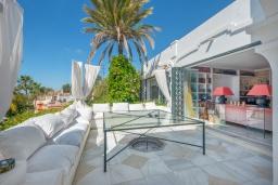 Терраса. Испания, Марбелья : Прекрасная вилла на южной стороне расположена в очень тихой и уединенной обстановке, в окружении пышной растительности с открытым видом на Средиземное море, 4 спальни, 4 ванны,