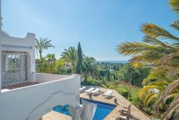 Вид. Испания, Марбелья : Прекрасная вилла на южной стороне расположена в очень тихой и уединенной обстановке, в окружении пышной растительности с открытым видом на Средиземное море, 4 спальни, 4 ванны,