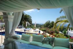 Беседка. Испания, Марбелья : Прекрасная вилла на южной стороне расположена в очень тихой и уединенной обстановке, в окружении пышной растительности с открытым видом на Средиземное море, 4 спальни, 4 ванны,