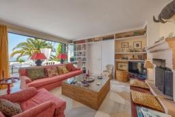 Гостиная / Столовая. Испания, Марбелья : Прекрасная вилла на южной стороне расположена в очень тихой и уединенной обстановке, в окружении пышной растительности с открытым видом на Средиземное море, 4 спальни, 4 ванны,