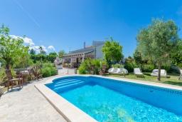Бассейн. Испания, Кан-Пикафорт : Просторная вилла с бассейном и садом в Кан Пикафорт