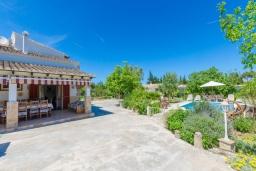 Фасад дома. Испания, Кан-Пикафорт : Просторная вилла с бассейном и садом в Кан Пикафорт