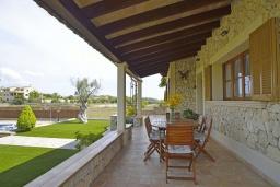 Терраса. Испания, Кан-Пикафорт : Тихая и ухоженная вилла с садом и бассейном в городе Льорет де Висталегре