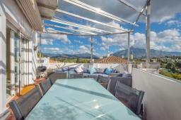 Терраса. Испания, Пуэрто Банус : Роскошный пентхаус с 4 спальнями и великолепным видом на море, горы и город, расположен в нескольких минутах ходьбы от пляжа, Пуэрто Банус и всех удобств.