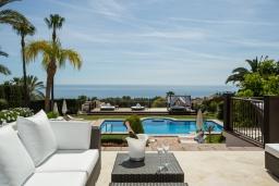Терраса. Испания, Марбелья : Аренда роскошной виллы размещенной в долине гольфа, 9 спален, 7 ванных комнат, гостиная с камином - это залог удачного шикарного отпуска