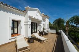 Балкон. Испания, Марбелья : Аренда роскошной виллы размещенной в долине гольфа, 9 спален, 7 ванных комнат, гостиная с камином - это залог удачного шикарного отпуска