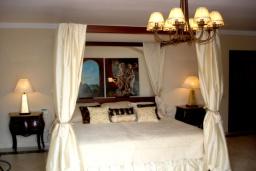 Спальня. Испания, Марбелья : Аренда роскошной виллы размещенной в долине гольфа, 9 спален, 7 ванных комнат, гостиная с камином - это залог удачного шикарного отпуска