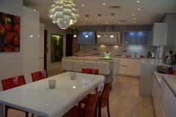 Кухня. Испания, Марбелья : Аренда роскошной виллы размещенной в долине гольфа, 9 спален, 7 ванных комнат, гостиная с камином - это залог удачного шикарного отпуска