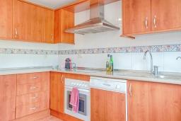 Кухня. Испания, Марбелья : Милый таунхаус в хорошем тихом районе,4 спальни, 2,5 ванные комнаты, общий бассейн, собственная парковка