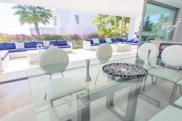 Обеденная зона. Испания, Риу-Реал : Фантастическая вилла расположена в красивом месте в городе Марбелья. К услугам гостей частный бассейн, сад, принадлежности для барбекю.