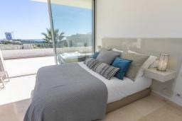Спальня. Испания, Риу-Реал : Фантастическая вилла расположена в красивом месте в городе Марбелья. К услугам гостей частный бассейн, сад, принадлежности для барбекю.
