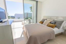 Спальня 2. Испания, Риу-Реал : Фантастическая вилла расположена в красивом месте в городе Марбелья. К услугам гостей частный бассейн, сад, принадлежности для барбекю.