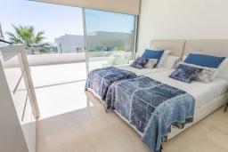 Спальня 3. Испания, Риу-Реал : Фантастическая вилла расположена в красивом месте в городе Марбелья. К услугам гостей частный бассейн, сад, принадлежности для барбекю.