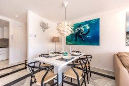 Обеденная зона. Испания, Марбелья : Современные и светлые апартаменты с потрясающей террасой с видом на море.