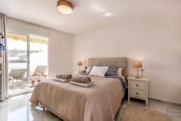 Спальня. Испания, Марбелья : Современные и светлые апартаменты с потрясающей террасой с видом на море.