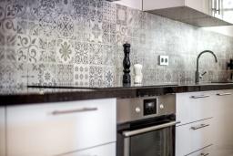Кухня. Испания, Марбелья : Современные и светлые апартаменты с потрясающей террасой с видом на море.