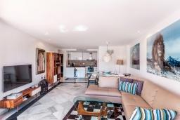 Гостиная / Столовая. Испания, Марбелья : Современные и светлые апартаменты с потрясающей террасой с видом на море.