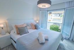 Спальня. Испания, Новая Андалусия : Уютные апартаменты расположены рядом с пляжем в городе Марбелья. Имеется Wi-Fi, кондиционер, открытый бассейн и шикарный сад.