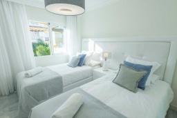 Спальня 2. Испания, Новая Андалусия : Уютные апартаменты расположены рядом с пляжем в городе Марбелья. Имеется Wi-Fi, кондиционер, открытый бассейн и шикарный сад.