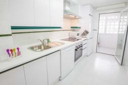 Кухня. Испания, Новая Андалусия : Уютные апартаменты расположены рядом с пляжем в городе Марбелья. Имеется Wi-Fi, кондиционер, открытый бассейн и шикарный сад.