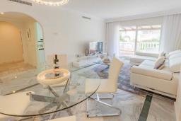 Обеденная зона. Испания, Новая Андалусия : Уютные апартаменты расположены рядом с пляжем в городе Марбелья. Имеется Wi-Fi, кондиционер, открытый бассейн и шикарный сад.
