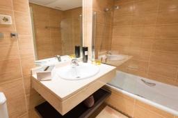 Ванная комната 2. Испания, Новая Андалусия : Уютные апартаменты расположены рядом с пляжем в городе Марбелья. Имеется Wi-Fi, кондиционер, открытый бассейн и шикарный сад.