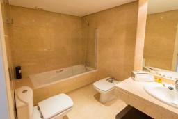 Ванная комната. Испания, Новая Андалусия : Уютные апартаменты расположены рядом с пляжем в городе Марбелья. Имеется Wi-Fi, кондиционер, открытый бассейн и шикарный сад.