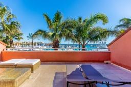 Терраса. Испания, Сотогранде : Роскошный дуплекс пентхаус с беспрепятственным видом на пристань для яхт