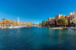 Вид на море. Испания, Сотогранде : Роскошный дуплекс пентхаус с беспрепятственным видом на пристань для яхт