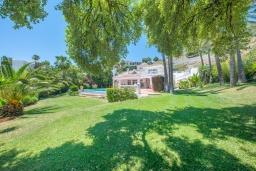Зелёный сад. Испания, Марбелья : Роскошная семейная вилла с видом на море с 4 спальнями и 4 ваннами в престижном жилом районе Марбельи