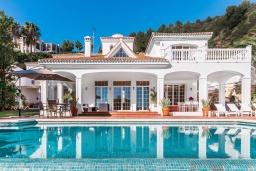 Вид на виллу/дом снаружи. Испания, Марбелья : Роскошная семейная вилла с видом на море с 4 спальнями и 4 ваннами в престижном жилом районе Марбельи