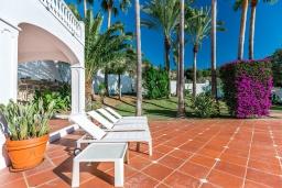 Терраса. Испания, Марбелья : Роскошная семейная вилла с видом на море с 4 спальнями и 4 ваннами в престижном жилом районе Марбельи