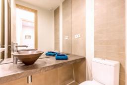 Туалет. Испания, Сотогранде : Роскошные, просторные апартаменты для отдыха с 2 спальнями и 2,5 ваннами, в 2 минутах ходьбы от пляжа,бассейн с подогревом, вид на пристань