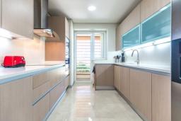 Кухня. Испания, Сотогранде : Роскошные, просторные апартаменты для отдыха с 2 спальнями и 2,5 ваннами, в 2 минутах ходьбы от пляжа,бассейн с подогревом, вид на пристань