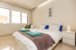 Спальня. Испания, Сотогранде : Роскошные, просторные апартаменты для отдыха с 2 спальнями и 2,5 ваннами, в 2 минутах ходьбы от пляжа,бассейн с подогревом, вид на пристань