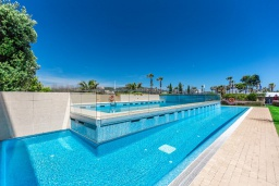 Бассейн. Испания, Сотогранде : Роскошные, просторные апартаменты для отдыха с 2 спальнями и 2,5 ваннами, в 2 минутах ходьбы от пляжа,бассейн с подогревом, вид на пристань
