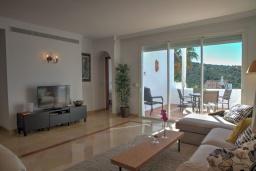 Гостиная / Столовая. Испания, Сотогранде : Роскошные, просторные апартаменты для отдыха с 2 спальнями и 2,5 ваннами, в 2 минутах ходьбы от пляжа,бассейн с подогревом, вид на пристань