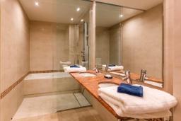 Ванная комната. Испания, Сотогранде : Роскошные, просторные апартаменты для отдыха с 2 спальнями и 2,5 ваннами, в 2 минутах ходьбы от пляжа,бассейн с подогревом, вид на пристань