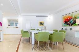 Обеденная зона. Испания, Пуэрто Банус : Фантастические апартаменты расположены в городе Марбелья, в близи с пляжем.К услугам гостей открытый бассейн, фитнес-центр, сад и бесплатный Wi-Fi.