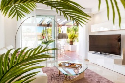 Гостиная / Столовая. Испания, Пуэрто Банус : Фантастические апартаменты расположены в городе Марбелья, в близи с пляжем.К услугам гостей открытый бассейн, фитнес-центр, сад и бесплатный Wi-Fi.