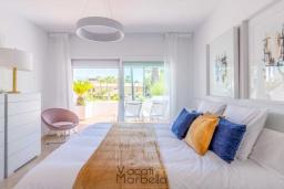 Спальня. Испания, Пуэрто Банус : Фантастические апартаменты расположены в городе Марбелья, в близи с пляжем.К услугам гостей открытый бассейн, фитнес-центр, сад и бесплатный Wi-Fi.