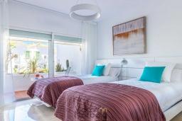 Спальня 2. Испания, Пуэрто Банус : Фантастические апартаменты расположены в городе Марбелья, в близи с пляжем.К услугам гостей открытый бассейн, фитнес-центр, сад и бесплатный Wi-Fi.